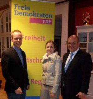 v.l: Beisitzer im FDP-Landesvorstand Dr. Jens Brandenburg, Zweitkandidatin Cora Felden, Landtagskandidat Jürgen Abt