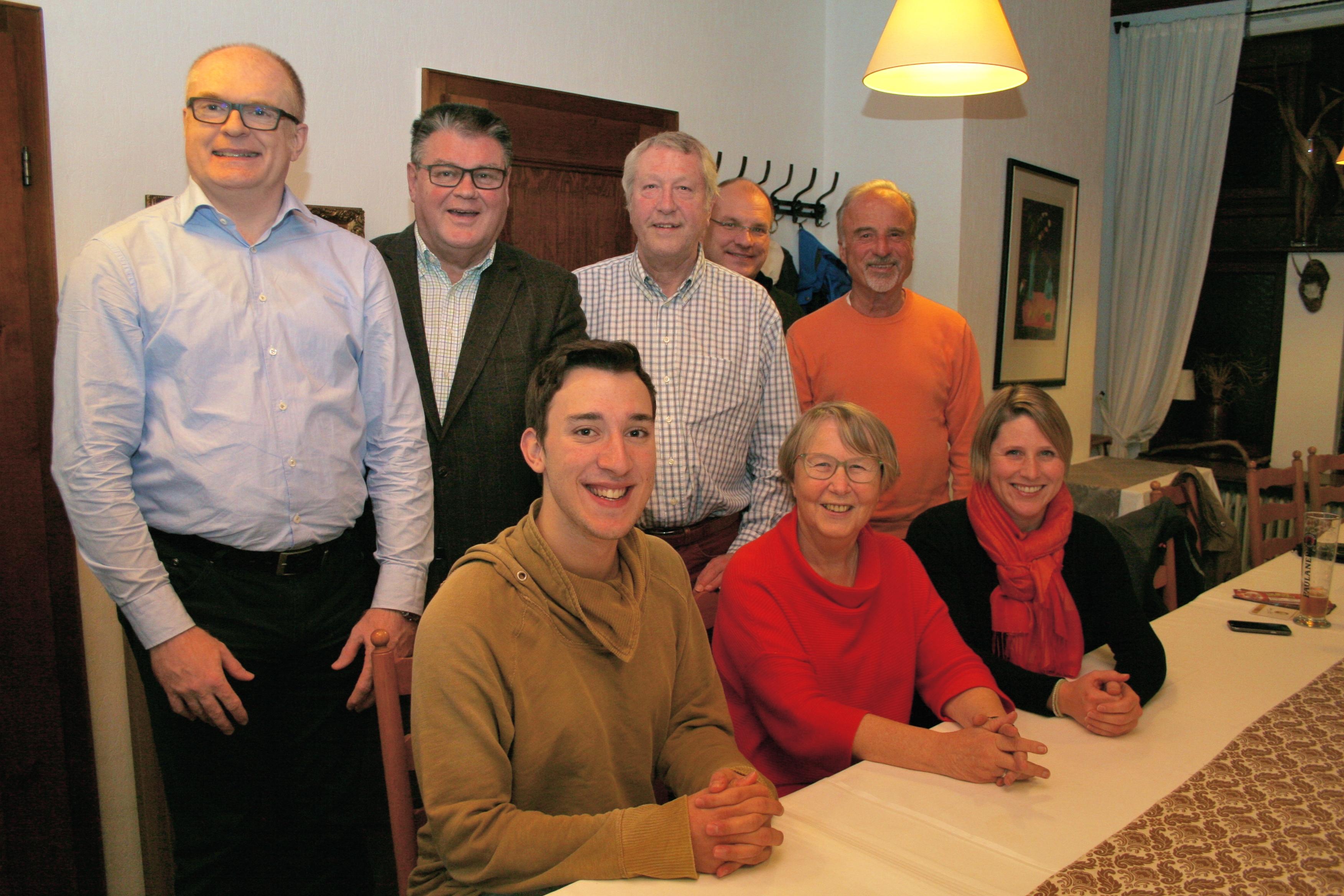 Mitglieder des neu gewählten Vorstands der FDP Wiesloch-Südliche Bergstraße: sitzend v.l. Arved Östringer, Christiane Harms, Nina-Fleur Klingler; stehend v.l. Dr. Matthias Spanier, Rüdiger Haas, Siegfried von Naguschewski, Jürgen Abt, Robert Blum.